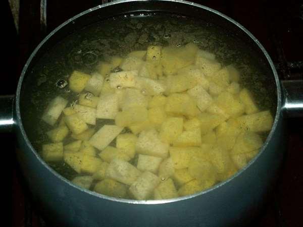 поместить картофель в кастрюлю