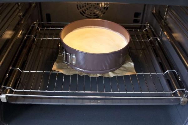 поместить тесто в духовку