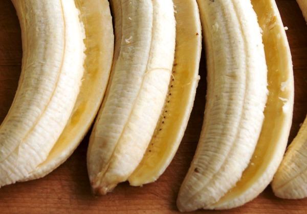 разрезать бананы