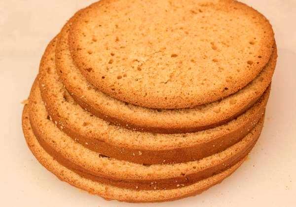 разрезать бисквит на пять коржей