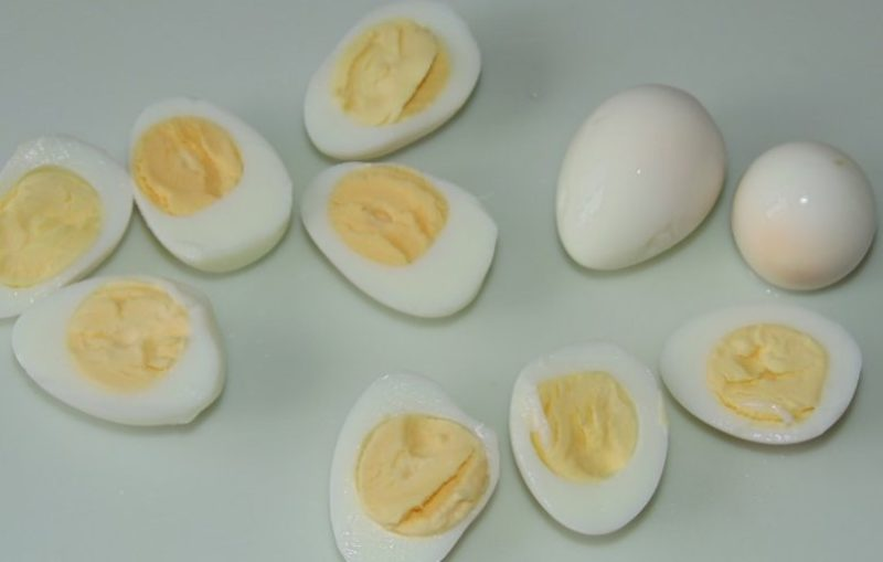 Перепелиные яйца порезать пополам