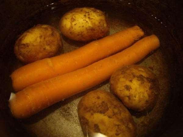 сварить картофель и морковь