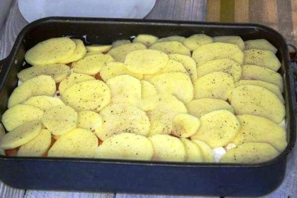 выложить сверху картофель