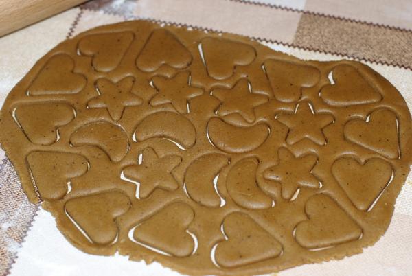 вырезать печеньки формочками
