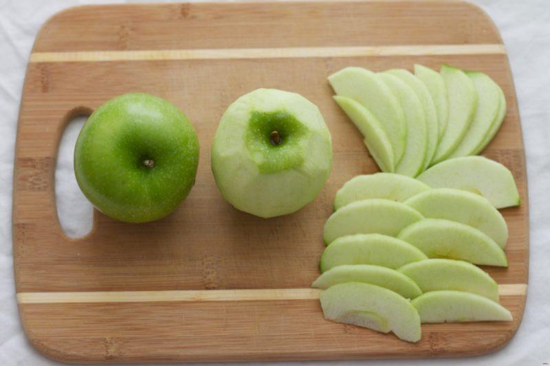 Яблоко нарезать дольками