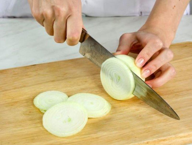 Нарезать лук кольцами
