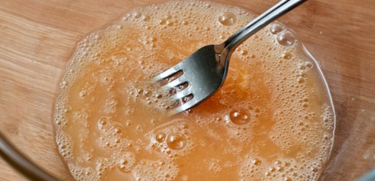 Смешать яйца с солью и сахаром