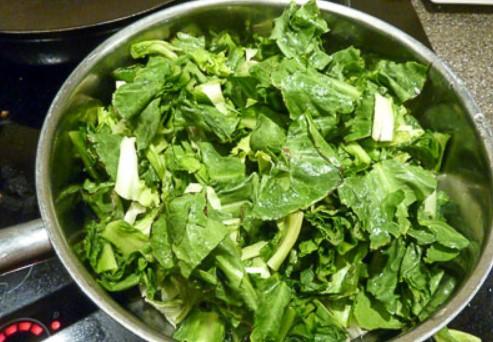 Добавьте красный перец и салат эскариоль