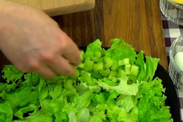 Выкладывать салат