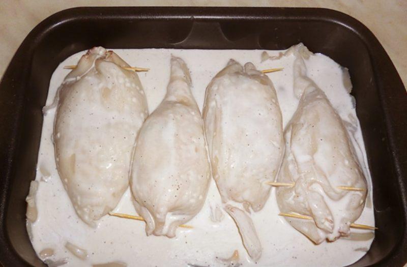 Залить кальмары соусом