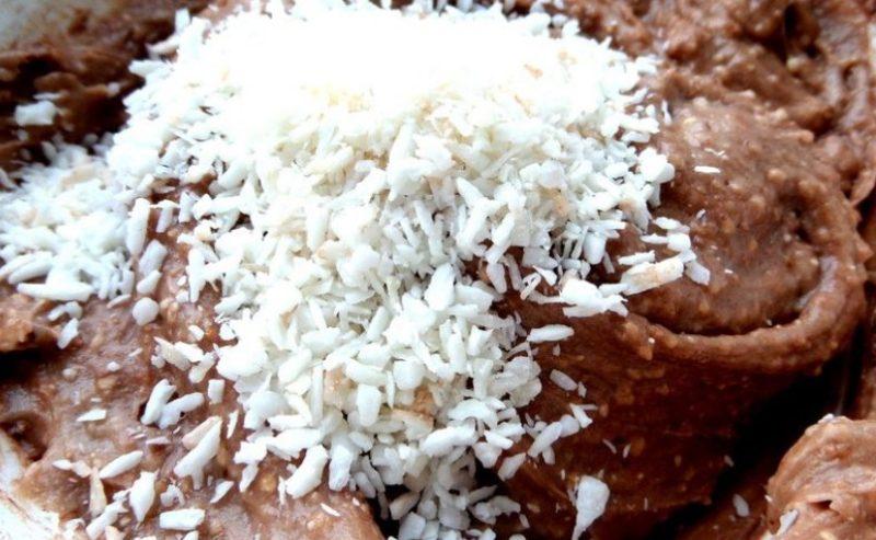 Добавить в тесто кокосовую стружку
