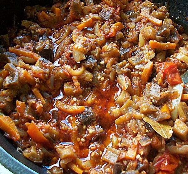 Добавить баклажаны и помидоры