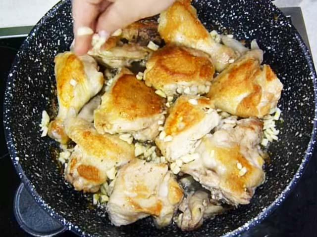 Кладем на курицу чеснок