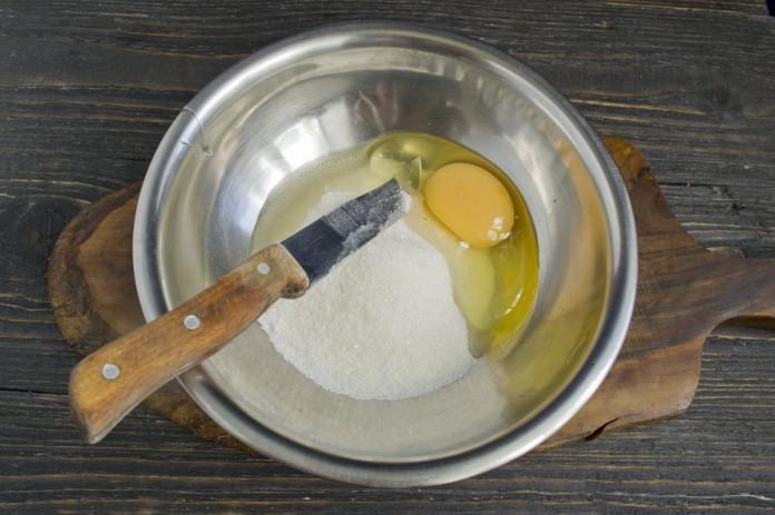 Смешать яйцо с сахаром