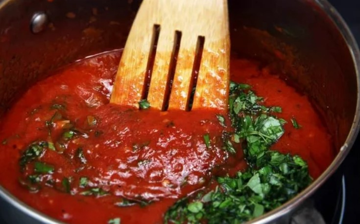Добавить в томатную пасту зелень и воду