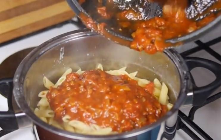 Смешать макароны с соусом