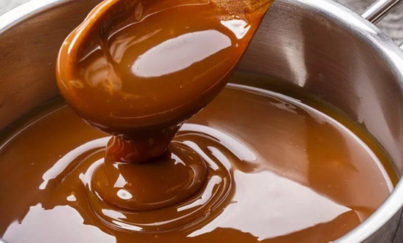 Смешать сахар мед и ореховую пасту