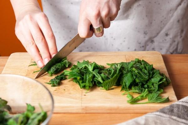 нарезать листья крапивы