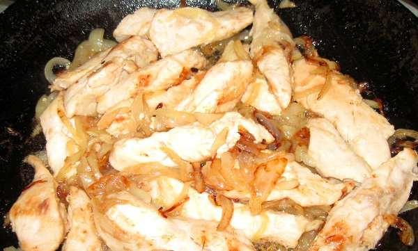 обжарить филе с луком