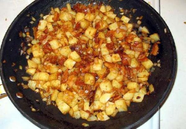 обжарить картофель с луком