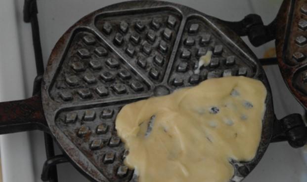 Налить тесто в вафельницу