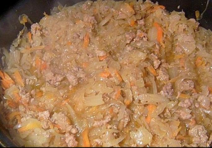 Обжарить фарш  капустой и морковью