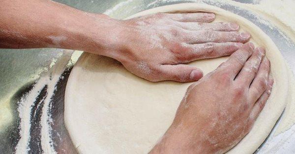 раскатать тесто для пиццы