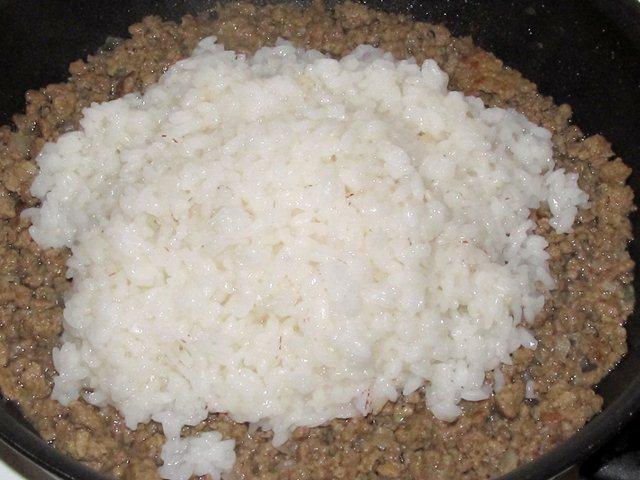 Добавить рис в фарш с луком