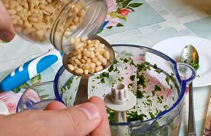 Добавить кедровые орехи