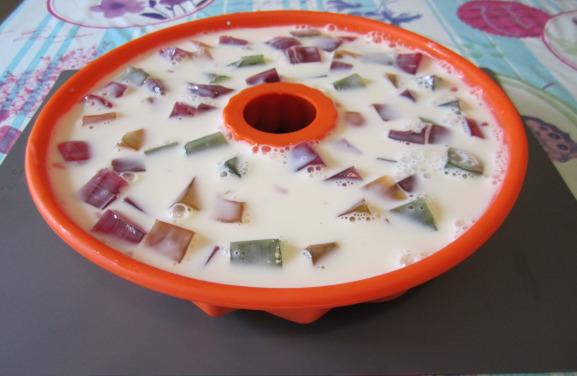 Выложить в форму желе и сметанную смесь