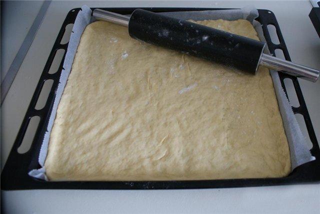 Выложить тесто на противень