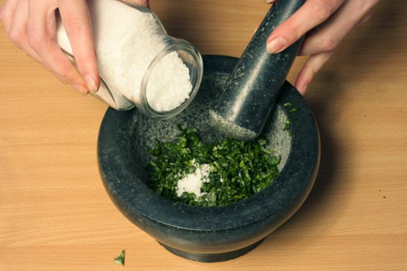 Растереть базилик с солью и перцем