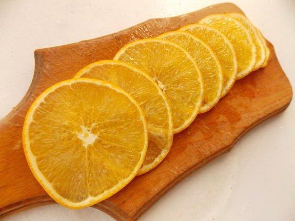 Апельсин нарезать тонкими кружочками