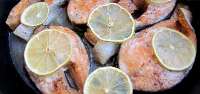 Обложить форель лимоном