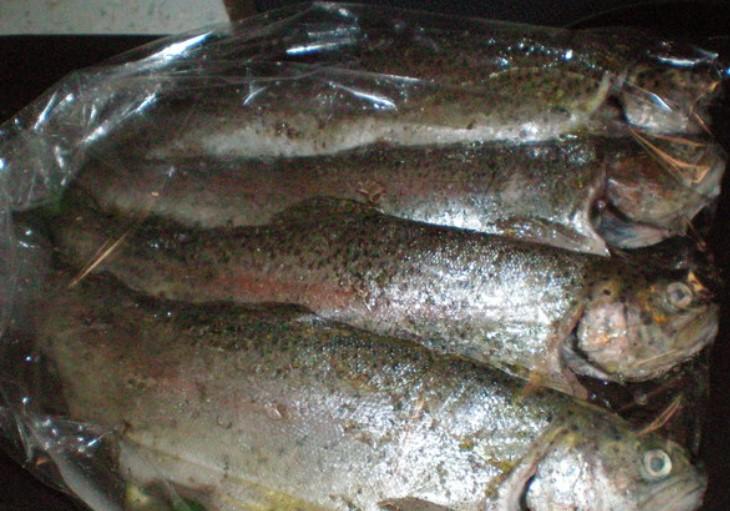 Поместить рыбу в рукав