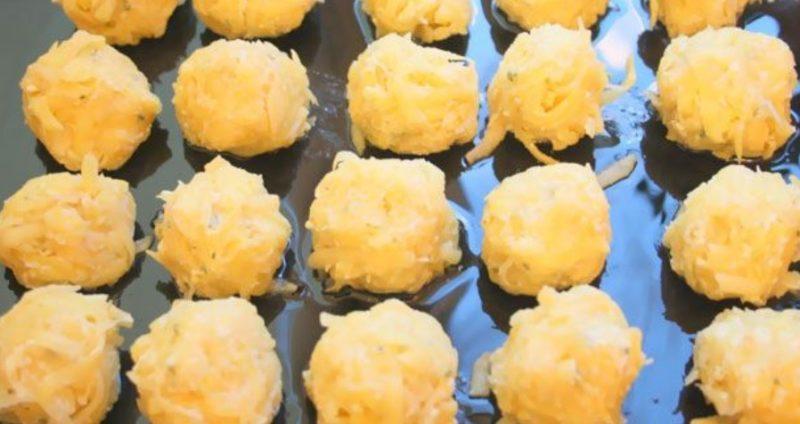 Выложить картофельные шарики на противень