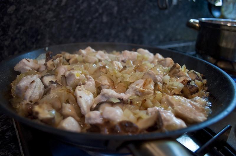 Обжарить курицу с грибами