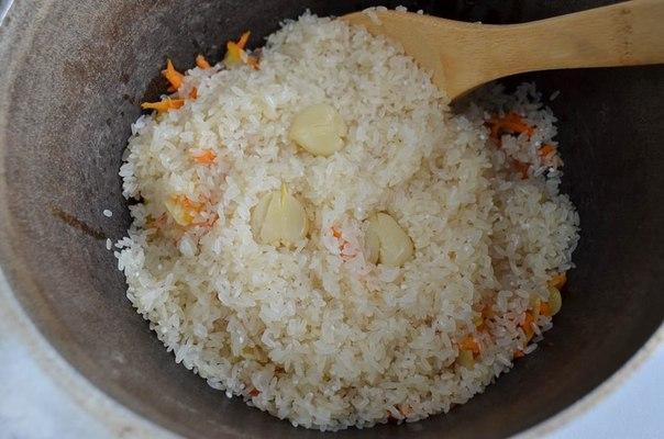 Добавить рис и чеснок