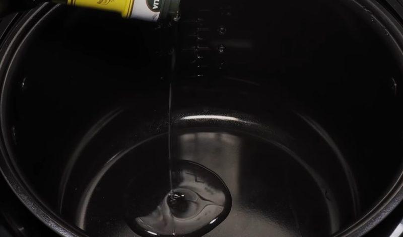 Налить масло растительное в мультиварку