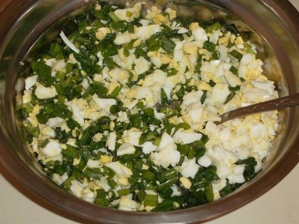 нарезанные вареные яйца с луком