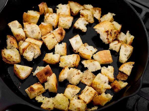 обжарить кусочки хлеба