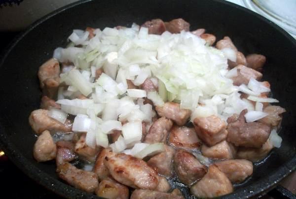 обжарить мясо с луком