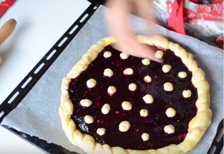 Украсить пирог