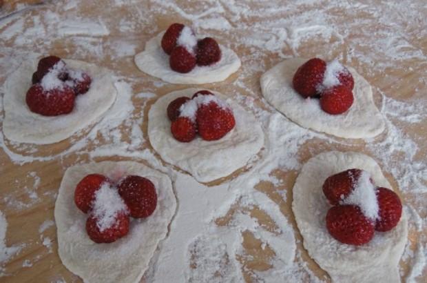Выложить ягоды на тесто