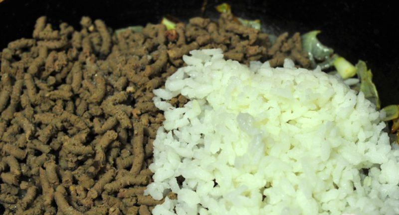 Смешать печень с рисом