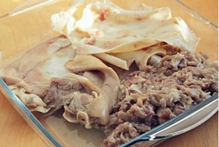 Очистить уши свиные. Отделить мясо от жира.