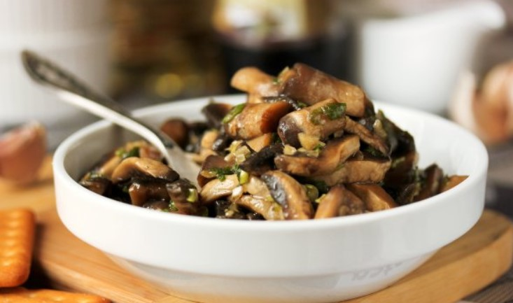 Смешать грибы с соусом