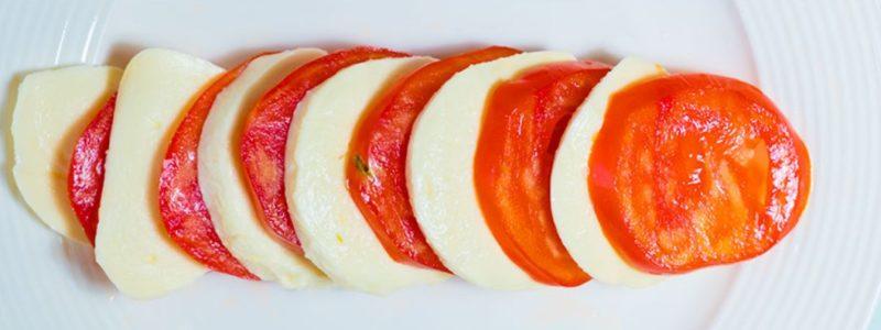 Нарезать моцареллу и помидоры