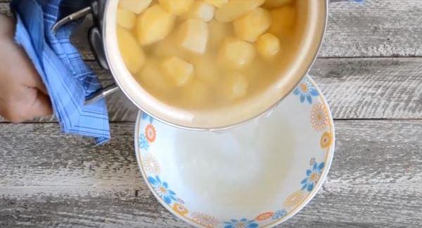 слить картофельный отвар