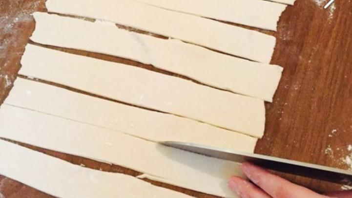 Разрезать тесто на полосы